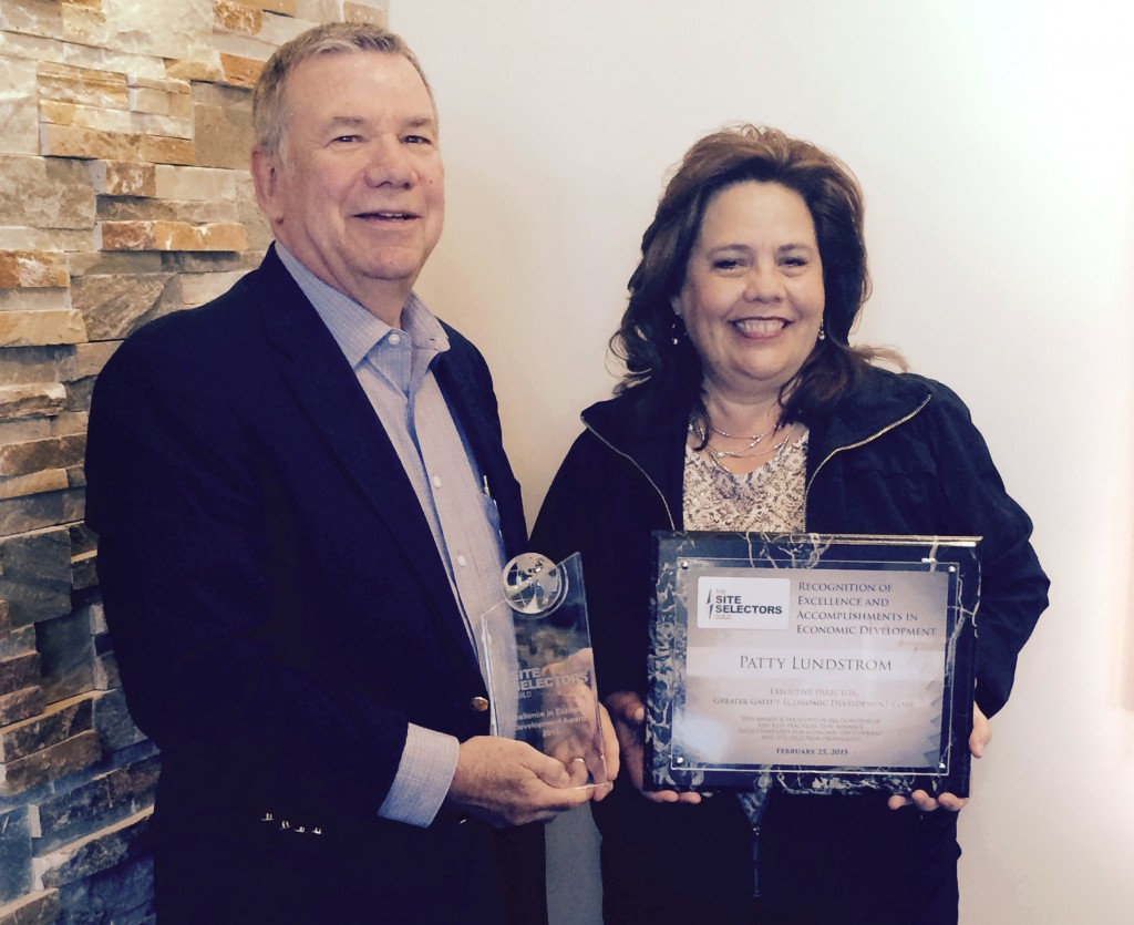 Deane Foote, CEO of Foote Consulting Group, presents the 2015 Economic Developer of the Year from the Site Selectors Guild to Patty Lundstrom, Executive Director of the Greater Gallup Economic Development Corporation